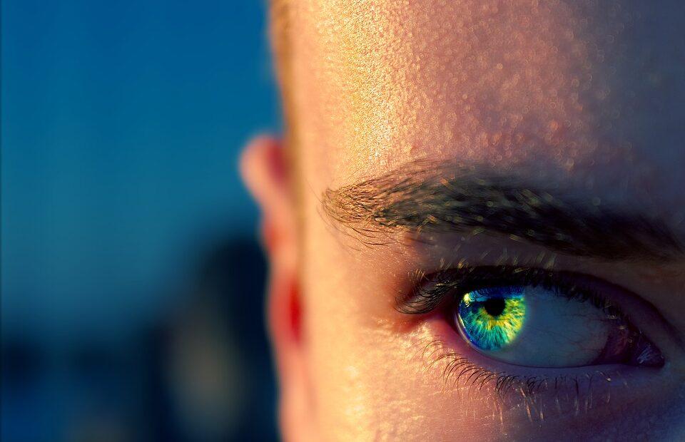 Le tatouage de l'œil: une nouvelle tendance à risque